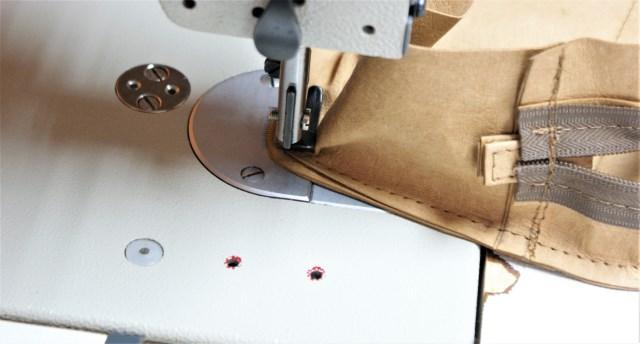 Oba łączenia pasów stebnujemy pozewnętrznej stronie na 1 mm.